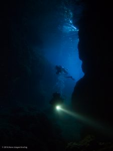 Taucher in einer Höhle